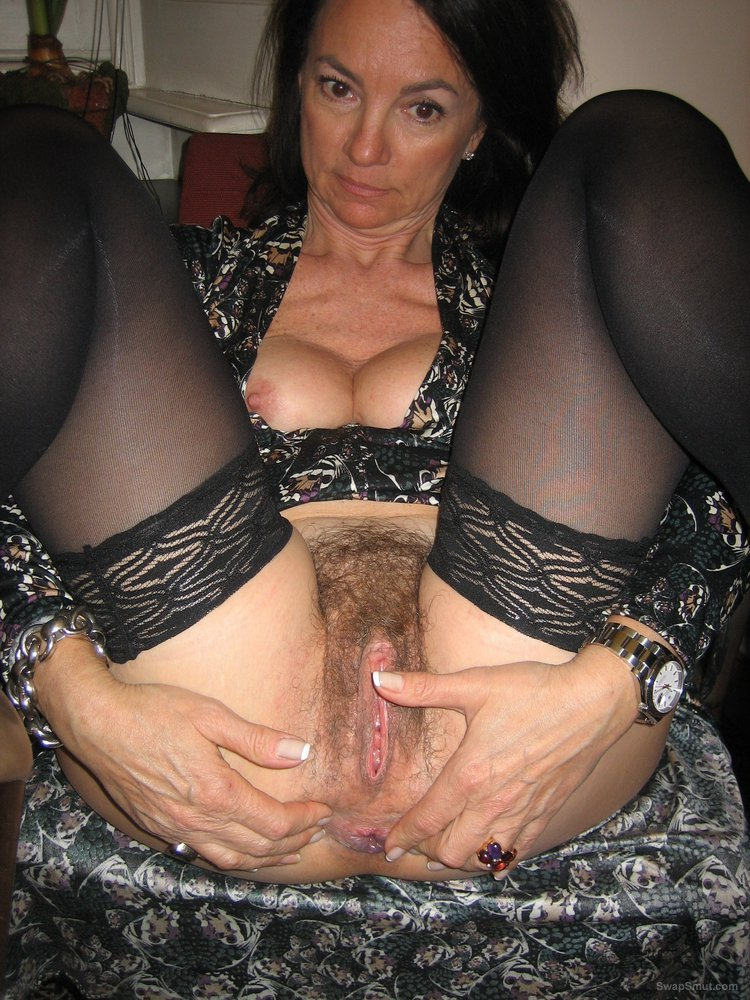 Hot Babe Spreads Pussy And Uses Dildo