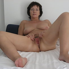 Mature Woman Stretches Her Hairy Pussy